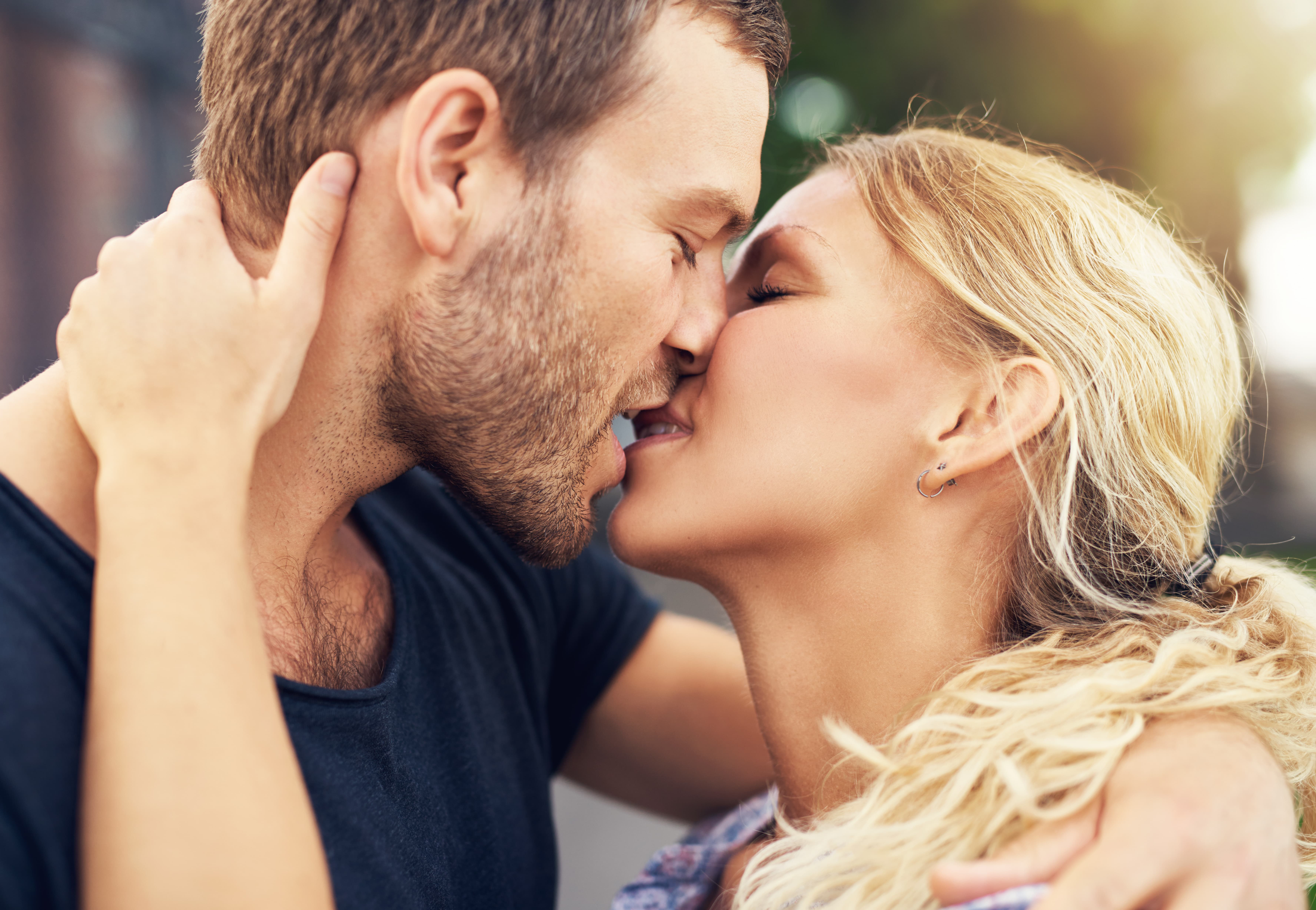 How to kiss awoman